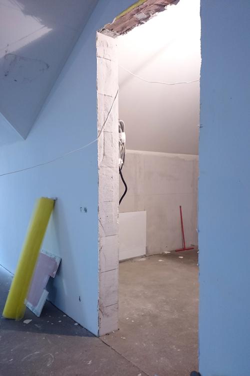 На левой стене виден люк с коммуникациями.